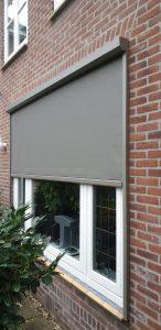 Half geopende screens bij openslaande tuindeuren gemonteerd door J. Meijering Montage uit Opheusden!