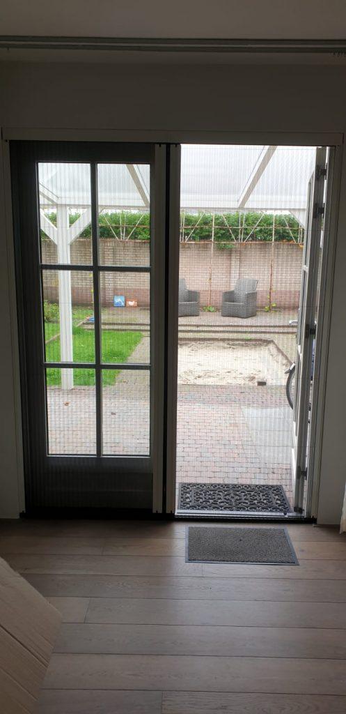 Op maat gemaakte hor deur bij openslaande tuindeuren | J .Meijering Montage uit Opheusden Gelderland