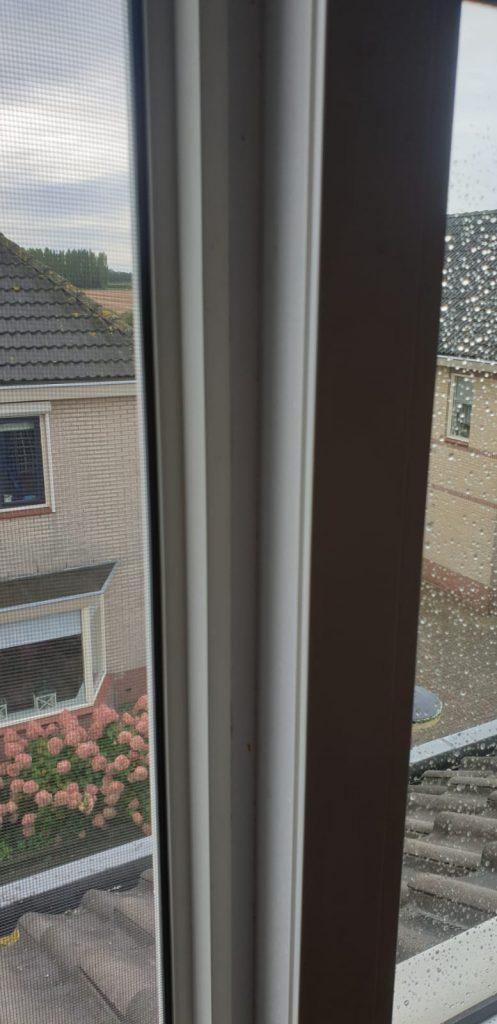Op maat gemaakte hor gemonteerd in een binnen kantel raam | J meijering Montage Opheusden | Gelderland