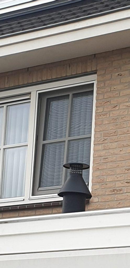 Foto buitenzijde | Op maat gemaakte hor gemonteerd in een binnendraaiend raam | J meijering Montage Opheusden | Gelderland