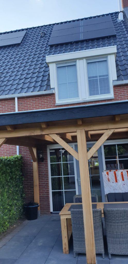 Foto vanaf de buiten zijde | Op maat gemaakte hor gemonteerd in een binnendraaiend raam | J meijering Montage Opheusden | Gelderland