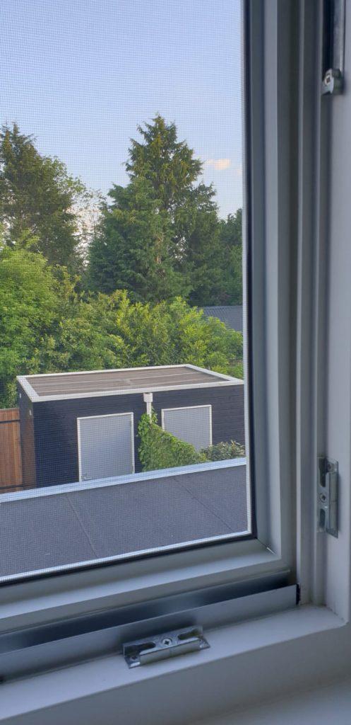 Op maat gemaakte hor gemonteerd in een binnendraaiend raam | J meijering Montage Opheusden | Gelderland