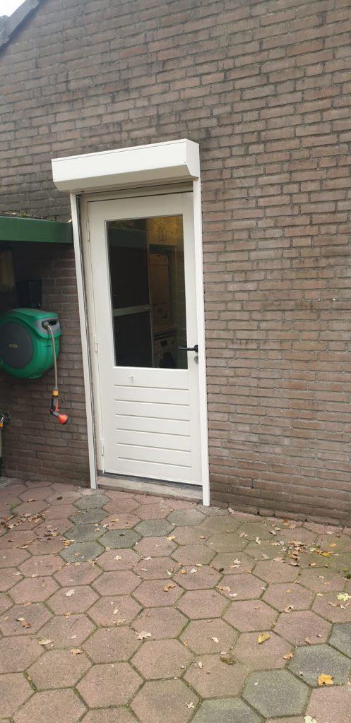 Geopende rolluiken voor de buiten deur verwerkt | J. Meijering Montage uit Gelderland