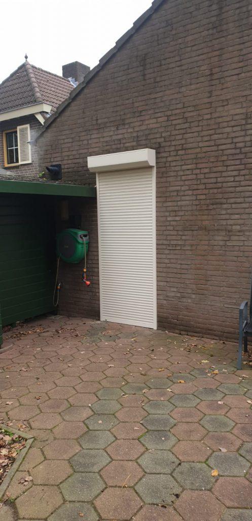 Gesloten rolluiken voor de buiten deur verwerkt | J. Meijering Montage uit Gelderland