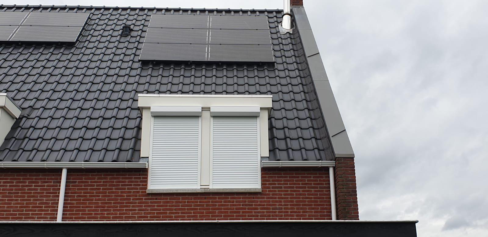 Gesloten dubbele rolluiken op de eerste verdieping | J. Meijering Montage