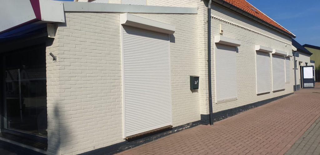 Gesloten rolluiken aan diverse verschillende ramen en deuren van de woning | J.Meijering Montage Opheusden