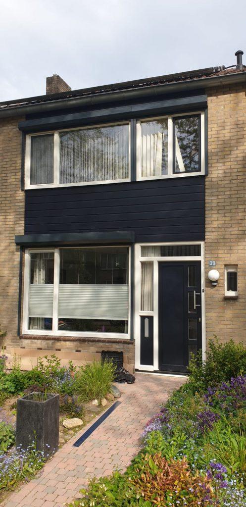Open rolluiken gemonteerd in de donker blauwe kleur van de woning | J. Meijering uit Opheusden, Gelderland
