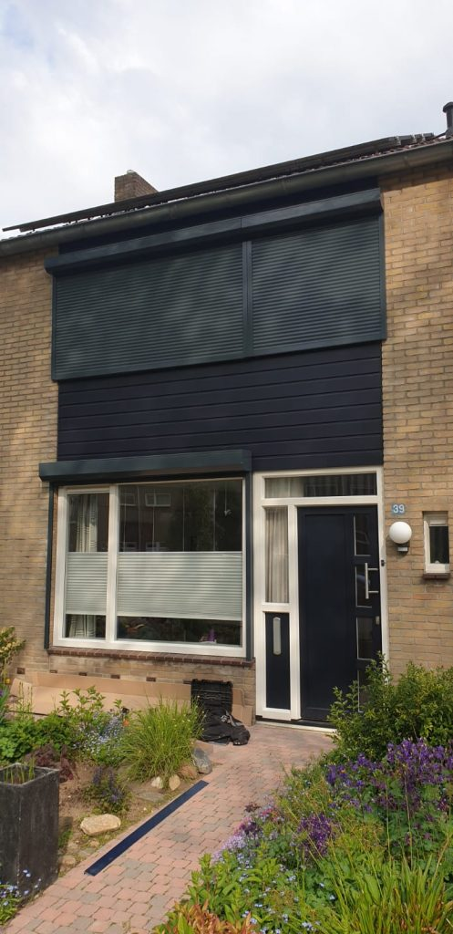 Rolluiken gemonteerd in de donker blauwe kleur van de woning | J. Meijering uit Opheusden, Gelderland