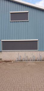 Gesloten screens op maat gemaakt in een gevel van een bedrijfspand door J. Meijering Montage uit Opheusden, Gelderland!