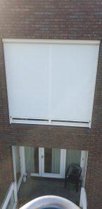 Zonnescreen ingemeten in het kozijn voor een raam aan de buitenzijde | J. Meijering Montage Opheusden