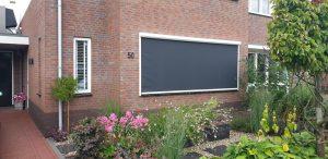 Gesloten screen strak ingemeten in een raamkozijn van een woning | J. Meijering Montage Opheusden Gelderland