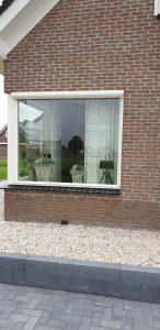 Open screen strak ingemeten in een raamkozijn van een woning | J. Meijering Montage Opheusden Gelderland