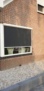 Screen strak ingemeten in een raamkozijn van een woning | J. Meijering Montage Opheusden Gelderland