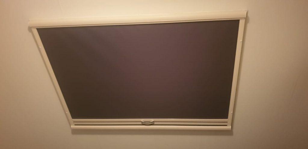 Gemonteerde Screen aan de binnenzijde van een kantel raam. | J. Meijering Montage